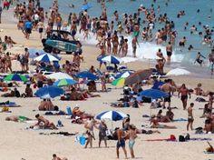 #Climat Sea, sex and sun, tel semble être le programme des habitants de #Sydney s'agglutinant sur cette plage, le 18 janvier, à la faveur de l'été austral. On comprend l'empressement des Australiens se mettre à l'eau : la thermomètre a affiché ce vendredi 45.8 degrés, soit la plus forte température jamais enregistrée en Australie. Pendant ce temps, en France, une trentaine de départements sont placés en vigilance orange.