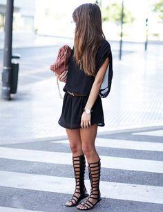 Seamsforadesire genial con este look boho: sandalias romanas, flecos y nuestro vestido negro de gasa de Captivate.