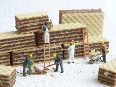 Bei der Arbeit? Naja, diese Mini-Bauarbeiter sind schwer damit beschäftigt, die Kekse abzutragen. Die kleinen Figuren gibt's bei NOCH kreativ zu vielen verschiedenen Themen und Anlässen. Mit den Figuren kann man Gutscheine basteln, Deko gestalten und tolle Kunst-Fotos machen. Schau Dich gleich mal auf www.noch-kreativ.de um.