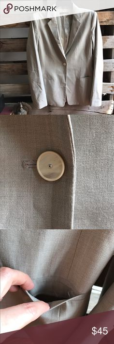 Elie Tahari blazer size 10 GUC This is in excellent condition. Love the detail. The pocket stitching is undone on one side. Smoke and pet free home. Bundle discount 20% Elie Tahari Jackets & Coats Blazers