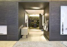 Lounge Living Project, o cómo decorar una casa con Laurameroni. Los arquitectos del estudio de Bartoli Design nos enseñan cómo decorar una casa con muebles y elementos de la prestigiosa marca italiana Laurameroni. Se trata de un espacio expositivo en Milán, decorado y amueblado con muy buen gusto, donde destaca el panel de madera que reviste algunas de las paredes, así como el mobiliario y las obras de arte que se han elegido para completarlo.  #Decoración