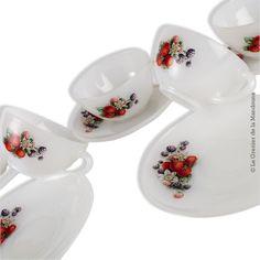 5 tasses avec soucoupes vintage ARCOPAL décor de Fruits rouges Diamètre : Tasses 8,5 cm, soucoupes 12,6 cm Bon état