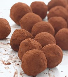 Since everyone seems to want chocolate at Christmas it's a good excuse to make some real proper home-made truffles. If you like you can use rum or brandy, but Irish whiskey is my favourite. Whiskey Chocolate, Chocolate Cream Cheese, Easter Chocolate, Think Food, Irish Whiskey, Scotch Whiskey, Irish Recipes, Yummy Recipes, High Tea