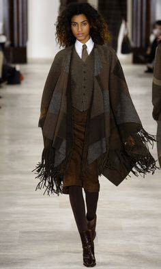 Ralph Lauren's vision of the next season reunites all the warm shades of brown as well as the shine of liquid gold. His Fall-Winter 2016/2017 Collection is a story of a woman who would choose…