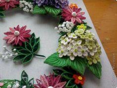 Опять веночек,ну нравится мне их крутить!!!! Розовые  и беленькие цветочки подсмотрела тут  http://quillingshop.ru/images/gallery/quillinshop-crown3-big.jpg  Власова Ольга творит красоту. фото 2