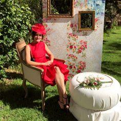 """En días de lluvia buscamos la preciosa sonrisa de Vanina con nuestro tocado """"Rojo Espada"""" by Tocados nila taranco bajo un sol espléndido. #lookdeinvitada #tocadosmadrid #alquilerdetocados #invitadaperfecta #handmade #fascinator #tendenciasdebodas"""