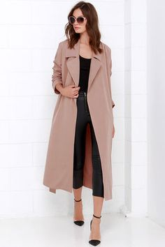 Cruise around town while the stars are out, bundled up in your new Night Drive Blush Trench Coat! Soft, lightweight twill shapes this breezy trench coat with l… Mode Outfits, Fashion Outfits, Womens Fashion, Fashion Trends, Fashion Capsule, Winter Trends, Raincoat Outfit, Langer Mantel, Winter Stil