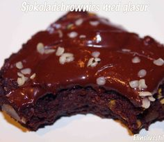 Raw Brownie med sjokoladeglasur. Raw Brownies, Raw Food Recipes, Deserts, Cupcakes, Cook, Cupcake Cakes, Raw Recipes, Postres, Dessert