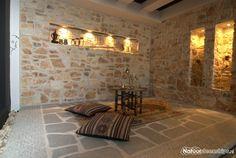Rocks Pepe -pure natuurstenen in dikte bewerkt, voegkleurzandbeige. Op de vloer: Flagstones Kavala.