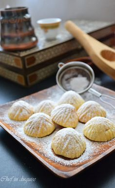 Middle Eastern recipes – Semolina Ma'amoul : stuffed cookies with dates and nuts Arabic Dessert, Arabic Sweets, Arabic Food, Maamoul Recipe, Atelier Des Chefs, Middle Eastern Desserts, Date Recipes, Ramadan Recipes, Ramadan Sweets