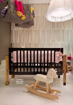black crib and pretty curtains #decor  #nursery #infantil Berço do meumoveldemadeira