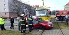 Na Skvrňanech se střetla tramvaj s vozidlem. Policisté pátrají po svědcích