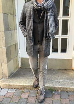 Designt unter dem Einfluss Londoner Dynamik, erwarten Sie bei Harris Wharf körperbetonte Schnitte im Business-Look. Diese Reinterpretation des klassischen Designs werden aus atmungsaktiver und gefilzter, italienischer Wolle und stets nur in ganz gedämpften Tönen produziert. #soerenfashion #gentlemen #cinque #shoes #doucals #destin