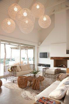 Wonderful See 25 gorgeous beach house interior inspirations: Natural accents and floating white globe lights. The post See 25 gorgeous beach house interior inspirations: Natural accents and floating… appeared first on Ameria . Chic Beach House, Beach House Decor, Home Decor, Summer House Decor, Beach House Lighting, Lounge Lighting, Beach Condo, Bathroom Lighting, Home Design