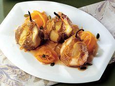 Ricotta Peynirli Armut  Portakal kabuğunu 5 mm kalınlığında jülyen doğrayın. Kabukları 3 kere suyunu değiştirerek kaynatın. Süzüp 150 ml su ve 70 gram tozşeker ile 2-3 dakika kaynatın. Portakal şurubunu ılıtın ve süzüp ayrı bir kaba alın. 40 gram portakal kabuğunu küp kesin. Şuruba 100 ml tatlı şarap, 100 ml şarap ve 40 gram tozşeker ilave edin. İç dolgu için…