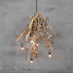 Deze unieke, handgemaakte lamp geeft uw ruimte een natuurlijke uitstraling.  Deze lamp is gemaakt van brocante perentakken. Breedte circa 85 cm, hoogte circa 110 cm. Er zijn vijf verlichtingspunten die hangen aan een beige stofkabel. Lamp is bevestigd aan een kleine ketting om de lamp aan het plafond te kunnen bevestigen. Levering is exclusief lampen.  Afwijkende maten en meer/minder verlichtingspunten is mogelijk in overleg (tegen meerprijs). Neem hiervoor contact op met…