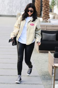 Kylie Jenner showed off her figure Kylie Jenner Daily, Kylie Jenner Outfits, Kylie Jenner Style, Kendall Jenner, Casual School Outfits, Uni Outfits, Stylish Outfits, Oversized White Shirt, Kardashian Jenner