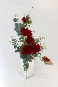 Perfect half dozen roses in mirrored vase Flower Arrangements Simple, Vase Arrangements, Floral Centerpieces, Wedding Centerpieces, Types Of Flowers, Silk Flowers, Ikebana Sogetsu, Cemetery Flowers, Arte Floral