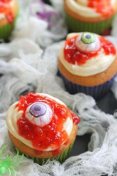 Amazing bloody eyeball cupcakes for Halloween!  #halloween #cupcakes #bloody #eyeball