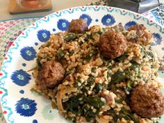 Nieuw recept: Spinaziebulgur met dadels:  Bulgur is lekker ter vervanging van rijst of pasta. Het voordeel hiervan is dat je hem ter vervanging kunt gebruiken in vrijwel alle recepten. In onderstaand recept maken we er een heerlijke schotel van geserveerd met gedroogde dadels en spinazie. De kruiden râs al hânout zorgen voor extra pit, terwijl de dadels voor een heerlijk zoetje zorgen. http://wessalicious.com/spinaziebulgur-met-dadels/