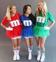 Need cheap and easy DIY halloween costumes? Look no further, there are over a hundred costumes for women, couples, teens and kids here. 3 Person Halloween Costumes, Cute Group Halloween Costumes, Homemade Halloween Costumes, Halloween Couples, Family Costumes, Group Costumes, T Shirt Halloween Costumes Diy, Halloween Ideas, Meme Costume