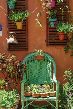 18 ideas para decorar patios y jardines Mexican Patio, Mexican Garden, Covered Back Patio, Patio Design, Exterior Colors, House Colors, Garden Inspiration, Home Deco, Garden Art