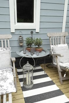 Grey and galvanised metal for an understated outdoor area Outdoor Tables, Outdoor Spaces, Outdoor Living, Outdoor Decor, Porches, Back Patio, Backyard Projects, Candle Lanterns, Chair Pads