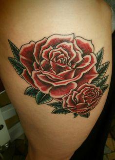 roses old school couleur cuisse tatouage dessin originale dolphins tattoo l'encreur d'échine blois