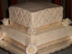 pastel de pastillaje decorado con perlas