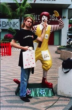 In while on a stopover in Singapore, Kurt decided to share a smoke with another pop icon, Ronald McDonald. Kurt Cobain Hanging Out With Ronald McDonald And Colonel Sanders Are The Greatest Photos Ever Nirvana Kurt Cobain, Kurt Cobain Photos, Nirvana Art, Nirvana Lyrics, Rock And Roll, Pop Rock, Courtney Love, Dave Grohl, Ronald Mcdonald