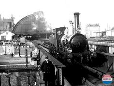 Amsterdam: Centraal Station in 1895 met het spoorviaduct over de Oostertoegang