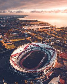 La imagen puede contener: cielo y exterior River Phoenix, Photo Background Images, Photo Backgrounds, Creative Background, Escudo River Plate, River Drawing, Football Images, Football Pics, Football Stadiums