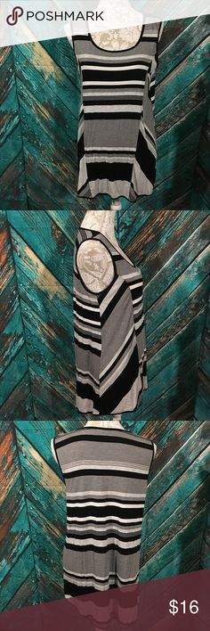 Cable & Gauge Tunic Large Cable & Gauge Tunic women' large gently used no holes or stains black, gray, white stripes 97% Viscose & 3% spandex underarm to underarm 17 inches length 30 inches Cable & Gauge Tops Tunics