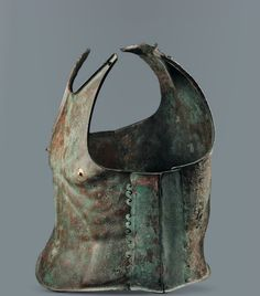 Greek cavalryman Muscle Armor or Anatomical Cuirass made to fit the man. Helmet Armor, Arm Armor, Body Armor, Helmet Hair, Greek Artifacts, Ancient Artifacts, Roman Armor, Ancient Armor, Armor Clothing