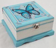 I love this decoupage jewelry/trinket box! Decoupage Vintage, Decoupage Box, Wooden Jewelry Boxes, Jewellery Boxes, Shabby, Painted Wooden Boxes, Decoupage Tutorial, Pretty Box, Altered Boxes