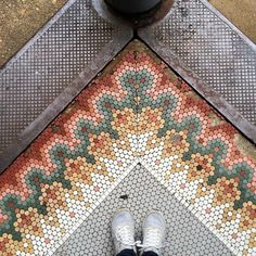 Gorgeous mosaic penny-round tile seen in the historic Shaw neighborhood of St. Louis! Choose from 24 historic colors and 7 different shapes and sizes to create unique unglazed porcelain mosaic patterns offered by Subway Mosaics. Click on the link in our bio to get started on your tile design.
