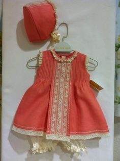 es wp-content uploads 2015 01 Capota-vestido-y-pololos-coral-de-La-Oca-Loca. Fashion Kids, Little Girl Dresses, Girls Dresses, Baby Dress Patterns, Baby Doll Clothes, Baby Sewing, Cute Dresses, Kids Outfits, Sweet Dress
