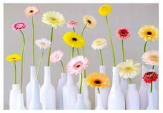 Een klein bloemetje op tafel geeft een gezellige uitstraling