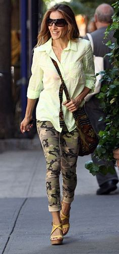Sarah Jessica Parker in Black Orchid Vintage Camo Skinny Jeans - recreate look with CAbi Camo Jeans and vintage White Button Up Sarah Jessica Parker, Vanity Fair, Camo Skinny Jeans, Camo Skinnies, Camo Jeans, Carrie Bradshaw Style, Love Her Style, Fashion Gallery, Fashion Looks