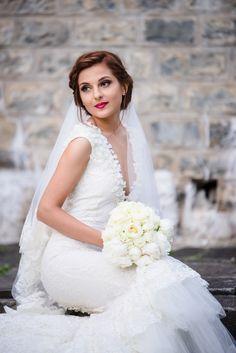 Avem placerea sa va prezentam unul dintre cele mai frumoase evenimente si anume o nunta la Castel Cantacuzino cu Flori si Bogdan. Castelul Cantacuzino din Busteni este o locatie magnifica pentru cuplurile ce vor sa isi uneasca destinele. Aceasta locatie de nunta pune la dispozitie, pe langa castelul in sine, o priveliste extraordinara ce creeaza cadrul de poveste.  Castle Wedding Wedding Bouquet Wedding Flowers Bujori albi Wedding Bouquets, Wedding Dresses, Cabo, Dream Wedding, Fashion, Fotografia, Bride Dresses, Moda, Bridal Gowns
