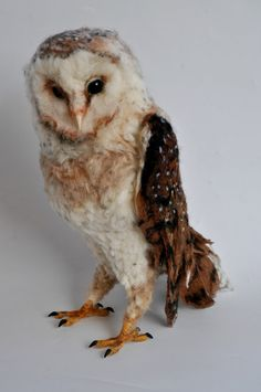 The barn owl is one of the biggest and most beautiful flying birds I know. Ive crafted it with a lot of love . It is as big as it is in nature, Felt Owls, Felt Birds, Felt Animals, Needle Felted Owl, Owl Quilts, Owl Bags, 3d Figures, Fabric Birds, Wet Felting