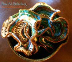 Crochet hyperbolic plane displayed in a ceramic bowl - instructions Crochet Ruffle, Freeform Crochet, Love Crochet, Irish Crochet, Crochet Crafts, Crochet Projects, Crochet Tutorials, Bruges Lace, Textile Fiber Art