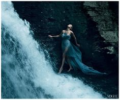 charlize-theron-breaking-away-vogue-by-annie-leibovitz-december-2011-b.jpg 1,305×1,084 pixels