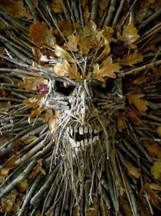 HomelySmart | 10 Freaky Halloween Wreaths That Will Spook Your Guests - HomelySmart