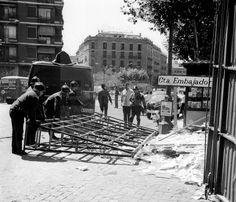 ACCIDENTE DE CAMIÓN: Madrid, 19-6-1967.- Un camión de transporte de cristales volcó en el Paseo de Santa María de la Cabeza esquina con la calle Embajadores, Los bomberos tardaron varias horas en retirar los desperfecto. EFE/aa