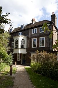 Recently refurbished, Hogarth's House, the Georgian summer home of satirist William Hogarth, has formal gardens and is open to the public. Its mulberry tree may predate the house, part of the Chiswick property's lost orchard. Hogarth House, Hampstead Heath, London Garden, London Life, West London, Historic Homes, London England, Old Houses, William Hogarth