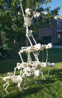 Awesome Outdoor Halloween Decorations That Neighbors Will Love - Skeletons Halloween Skeleton Decorations, Halloween Displays, Halloween Items, Halloween Projects, Holidays Halloween, Halloween 2019, Happy Halloween, Halloween Humor, Homemade Halloween