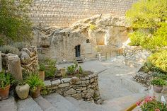 A visit to the Garden Tomb will demonstrate a number of possible matches to the location of the crucifixion and burial of Jesus described in the Bible and Gospels.