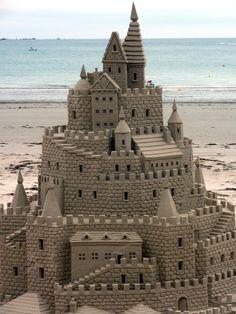 mokacahuete-plus:  Sandcastle sculpture by littlemisspurps on Flickr. ¤