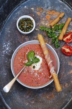 une soupe froide aux tomates et aux câpres qu'on sert froide ou chaude, gaspacho accompagné de gressins au prosciutto